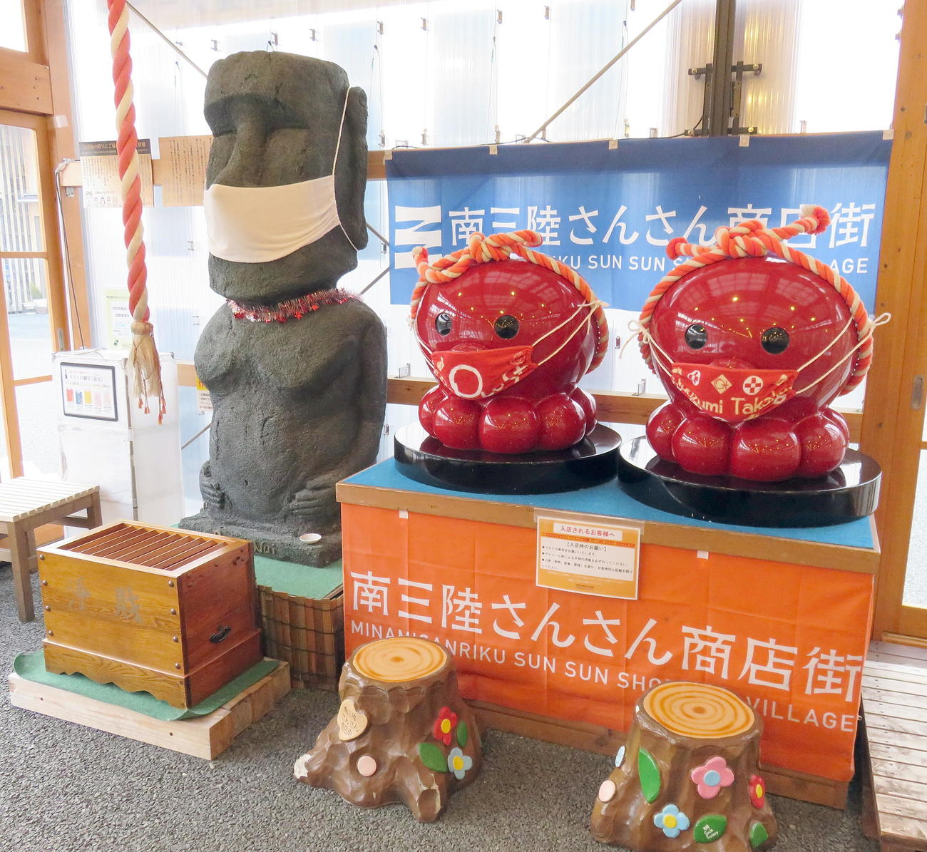 南三陸さんさん商店街のモアイ像(左)とオクトパス君(撮影・鎌田直秀)
