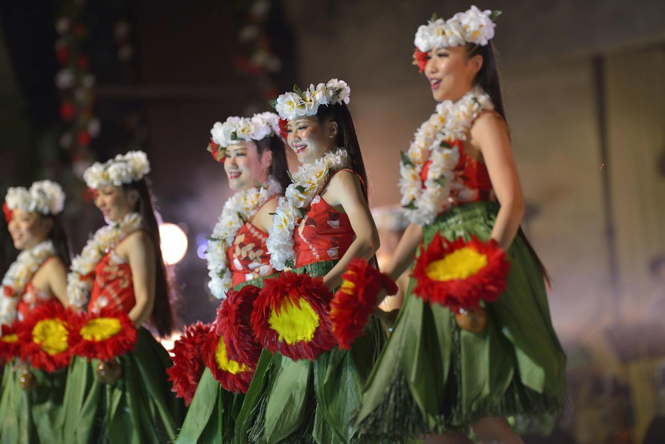 入社から2年目の2013年にショーに出演したラウレア美咲さん(右から2人目)(ハワイアンズ提供)