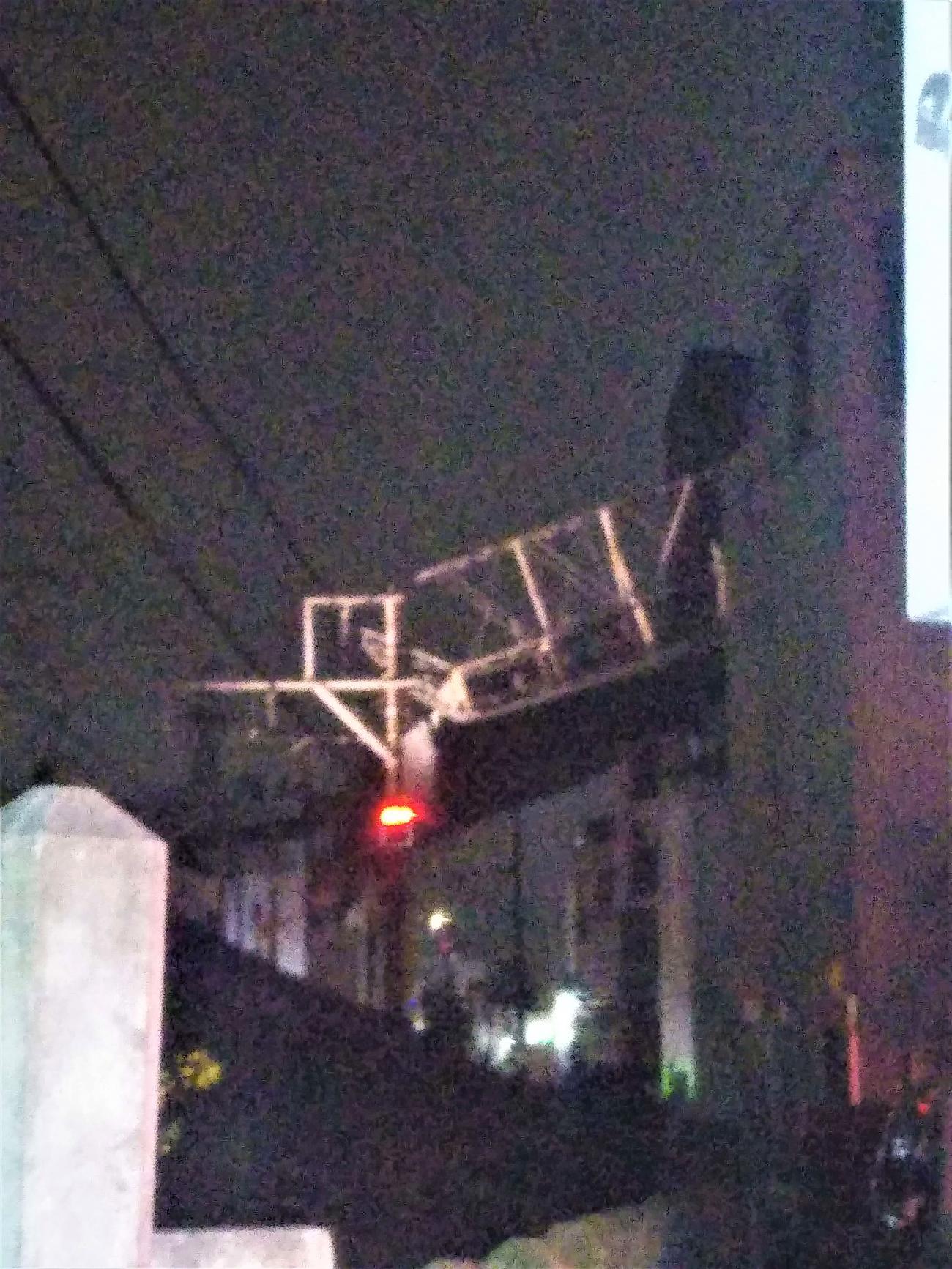 東横線の線路に工事現場の足場が崩れ電線に倒れかかった(撮影・杉村健次郎)