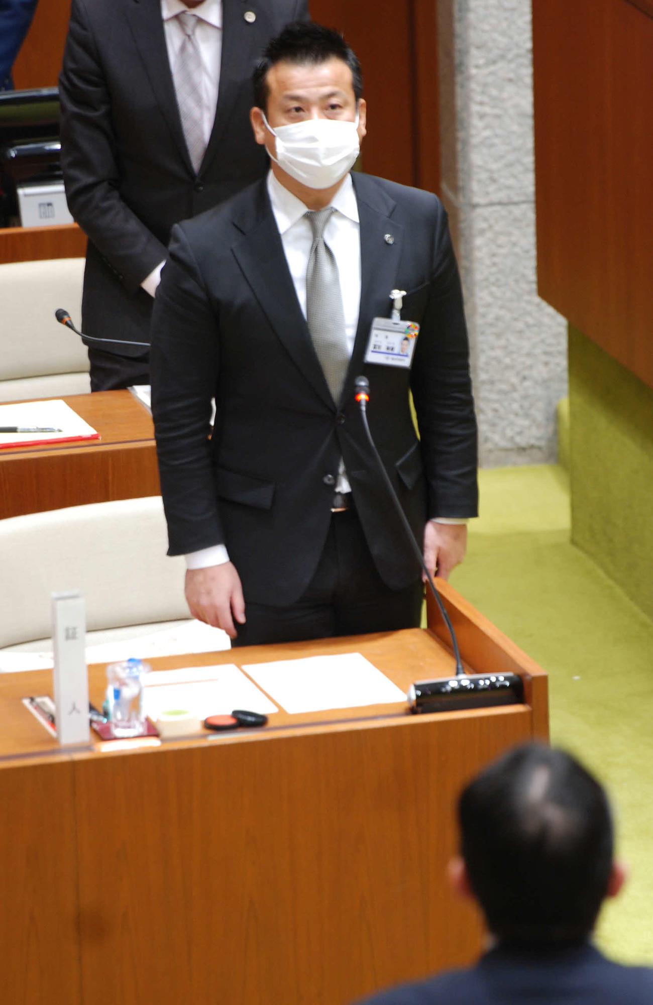 大阪府池田市議会100条委員会で証言する冨田裕樹市長