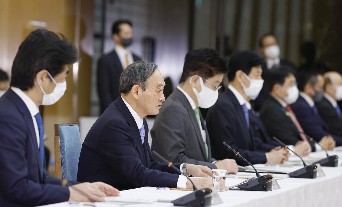新型コロナウイルス感染症対策本部で、首都圏1都3県の緊急事態宣言の再延長を表明する菅首相(左から2人目)(共同)