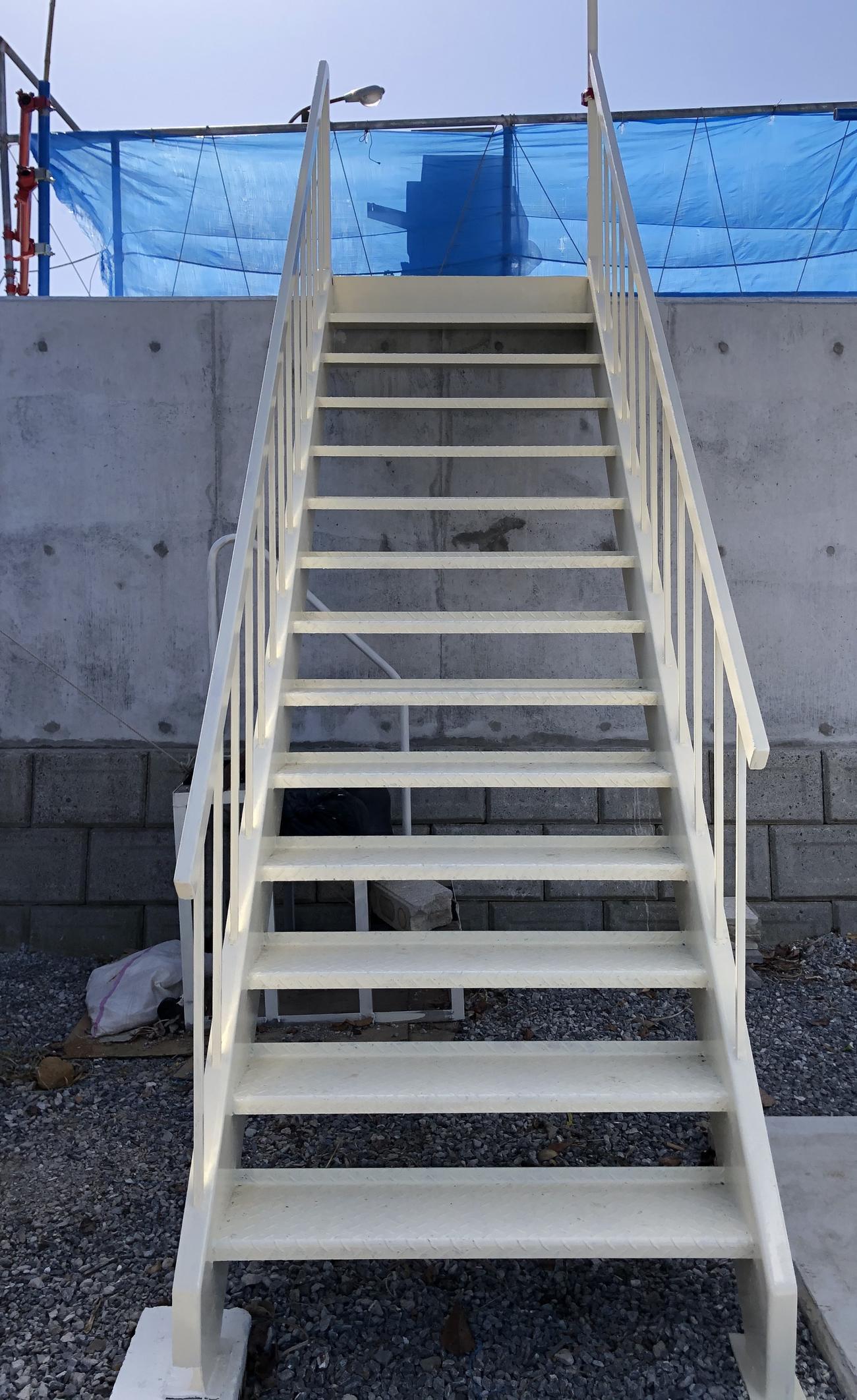 小型船「ひまわり」に乗るため、菅原船長が設置した階段