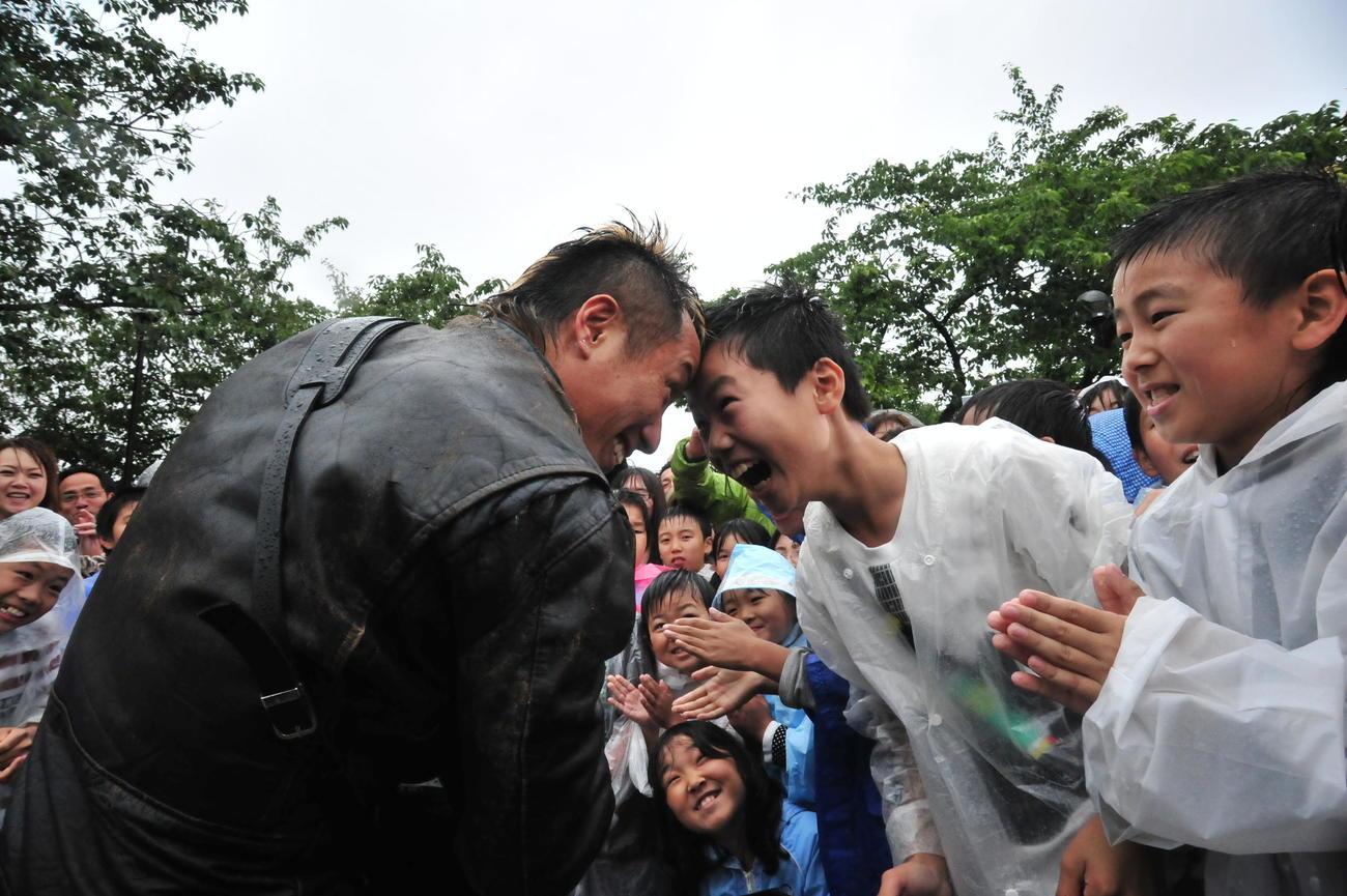 11年6月、被災地の小学生と触れ合う長渕剛