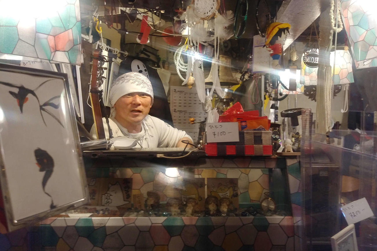 店内はほとんど白川さんの手作り。左手前の額の中の絵が占い診断をする原画だ