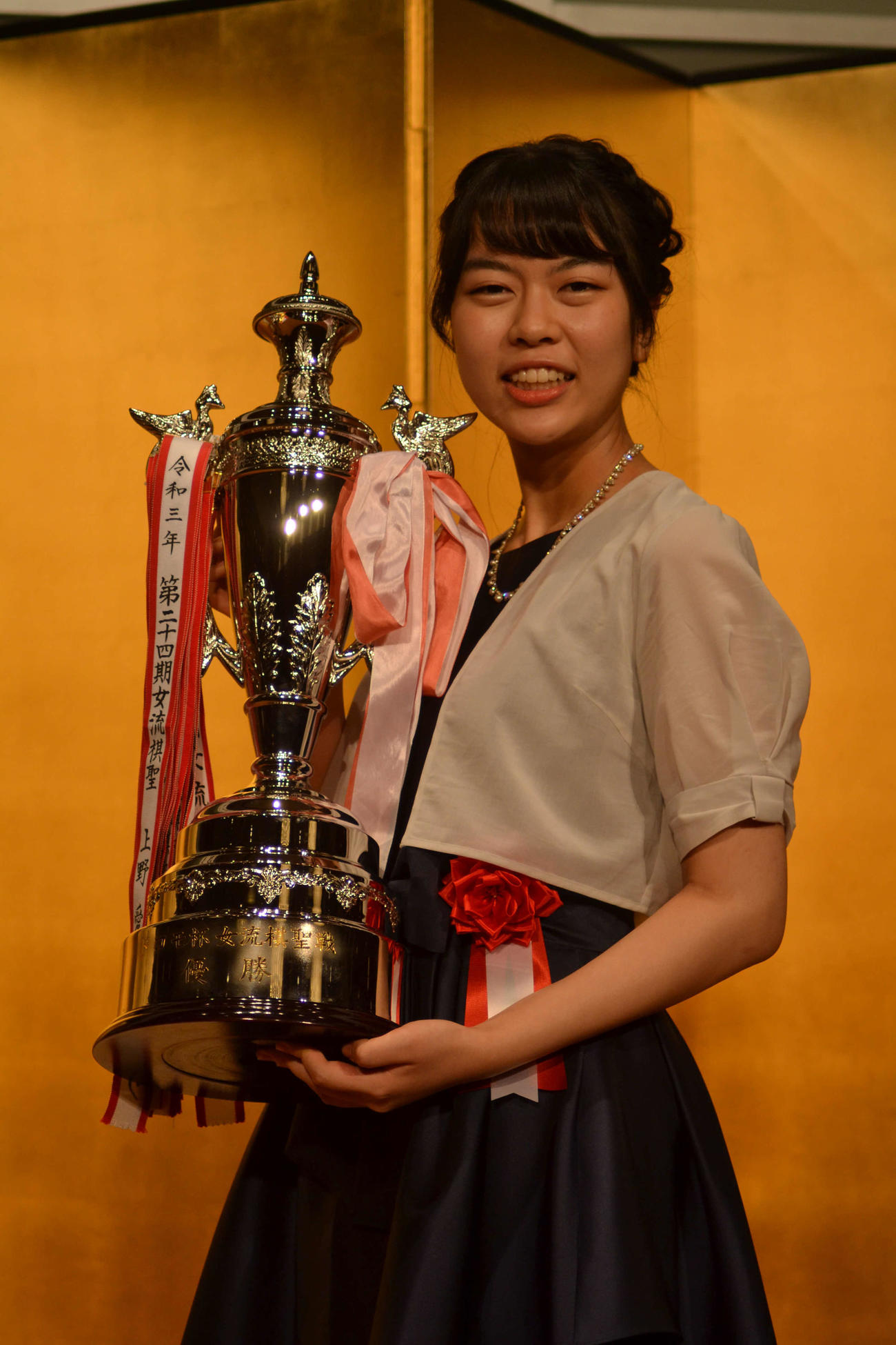 囲碁「第24期ドコモ杯女流棋聖就位式」で「ドコモ杯」を手にする上野愛咲美女流棋聖