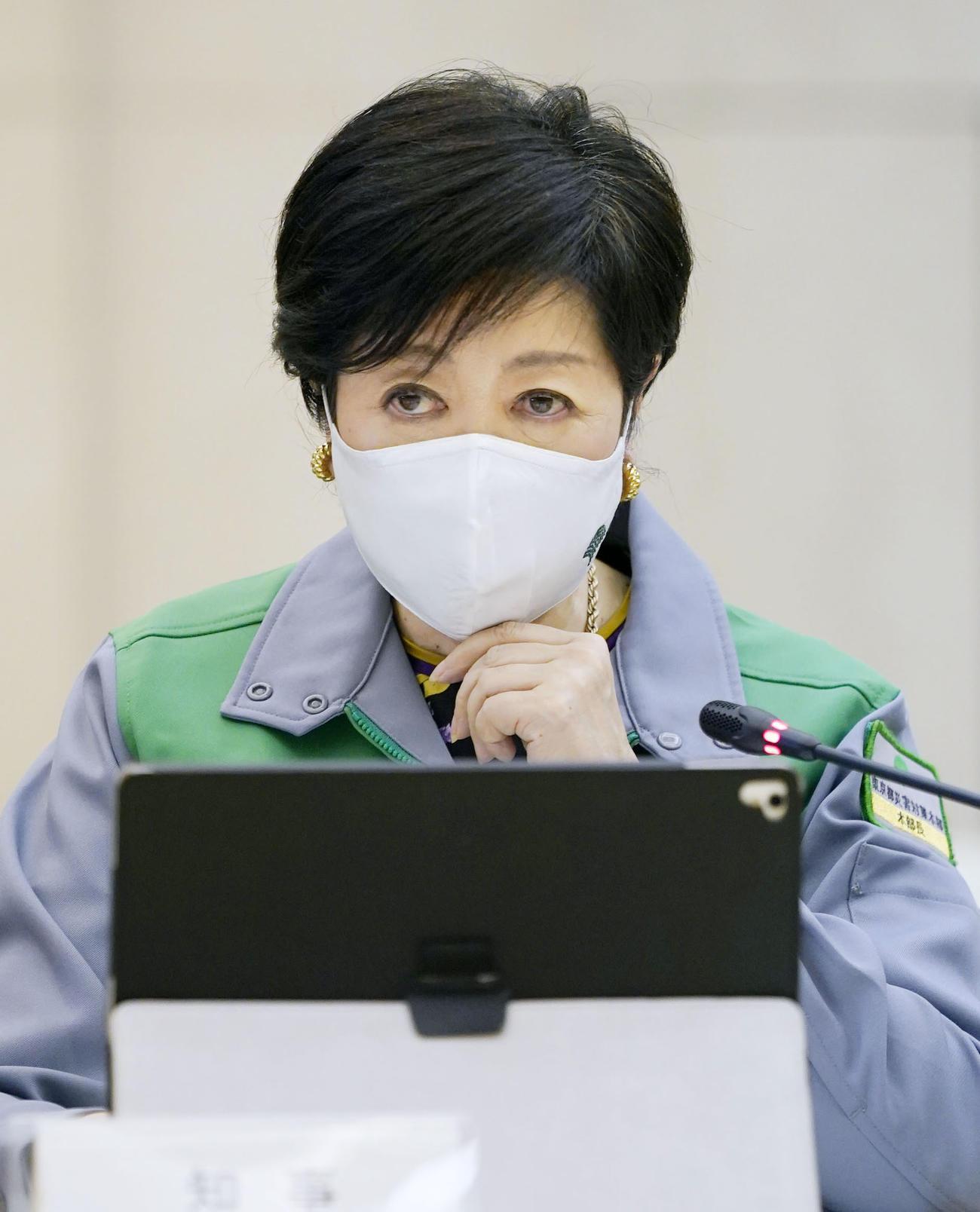 東京都のモニタリング会議で発言する小池知事(共同)