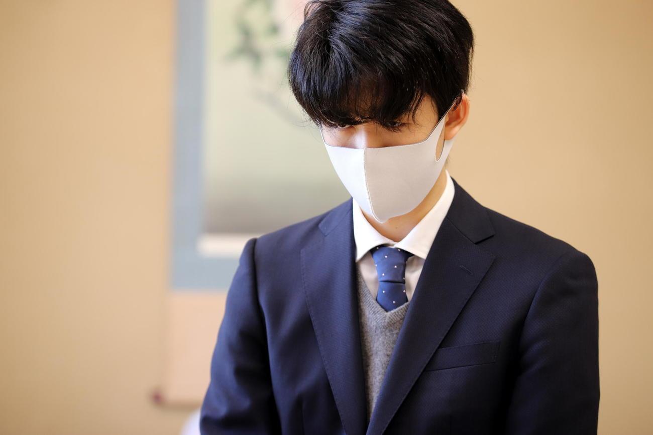 対局に臨んだ藤井聡太2冠(日本将棋連盟提供)