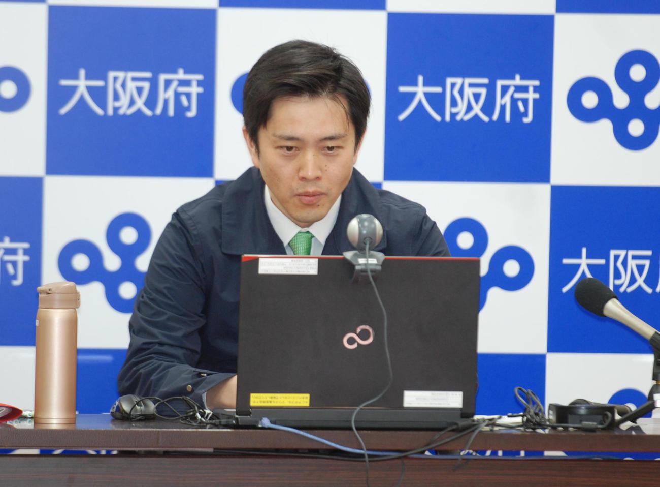 府庁から全国知事会にオンラインで出席した吉村洋文知事(撮影・松浦隆司)