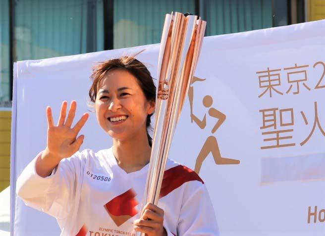 東京五輪聖火リレーに参加した阪神タイガースWomenの三浦伊織選手(球団提供)