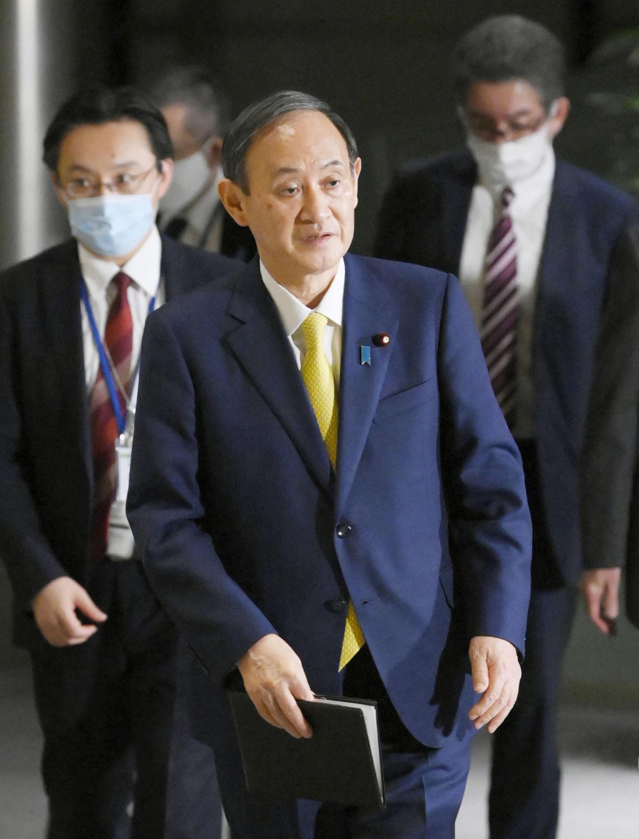 東京電力福島第1原発処理水の処分方針について記者団に語った菅首相(共同)