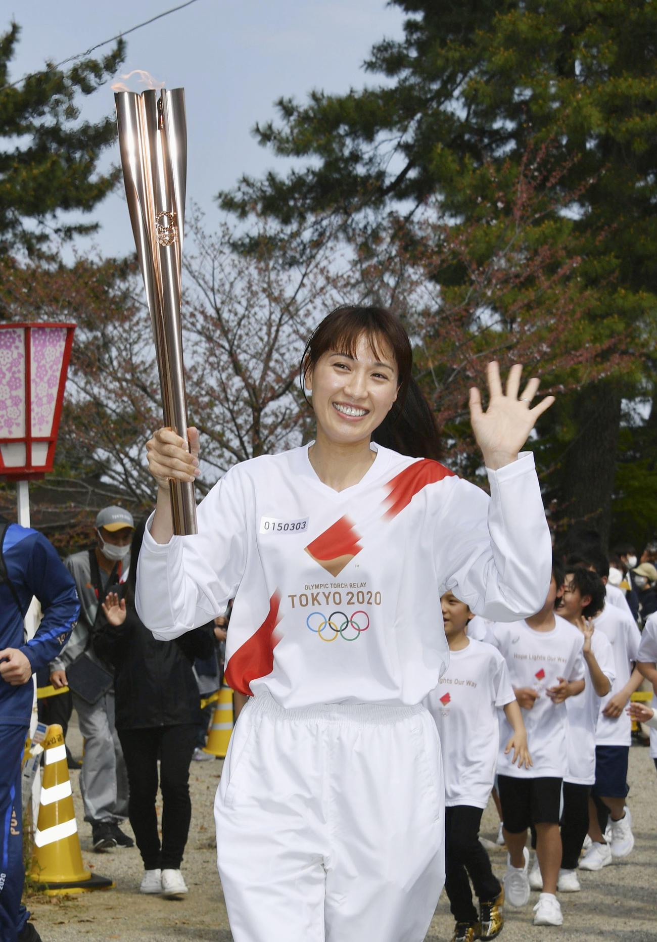 松坂城の石垣周辺を走る聖火ランナーの浅尾美和さん