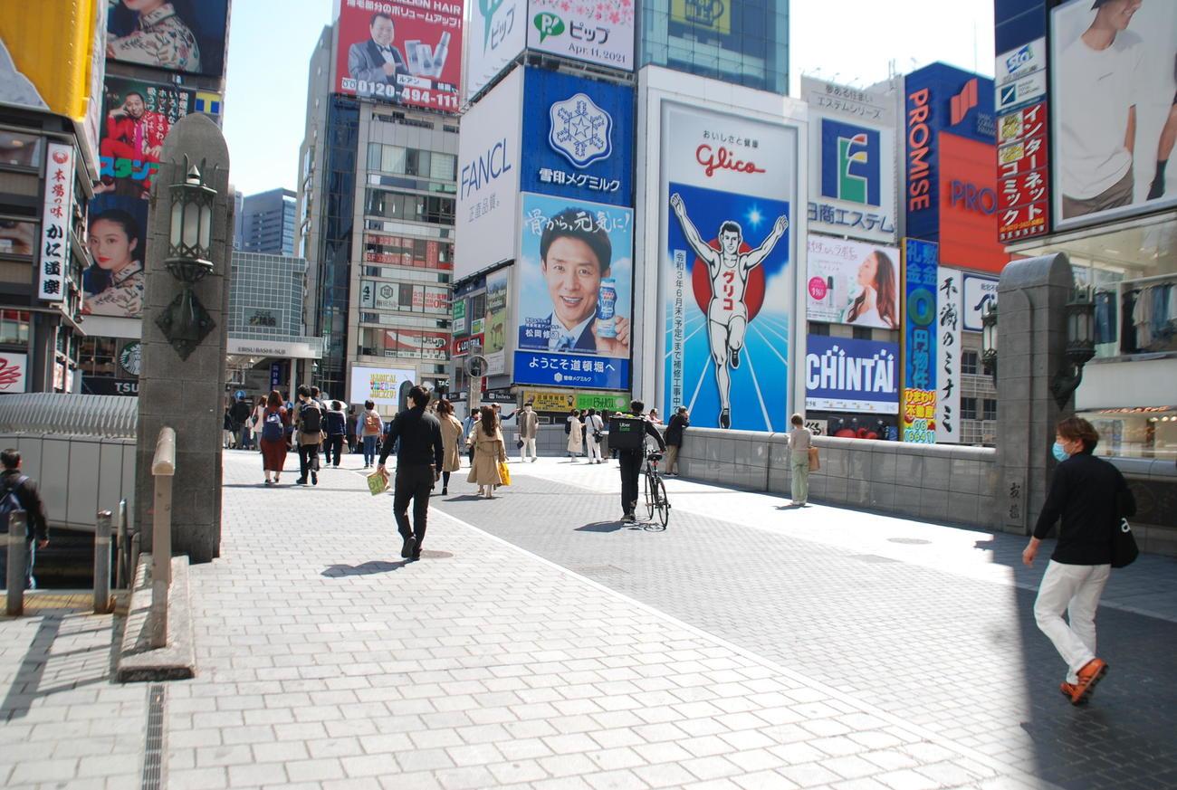 先週日曜日に比べ、人通りに少なくなった大阪・ミナミの道頓堀(撮影・松浦隆司)