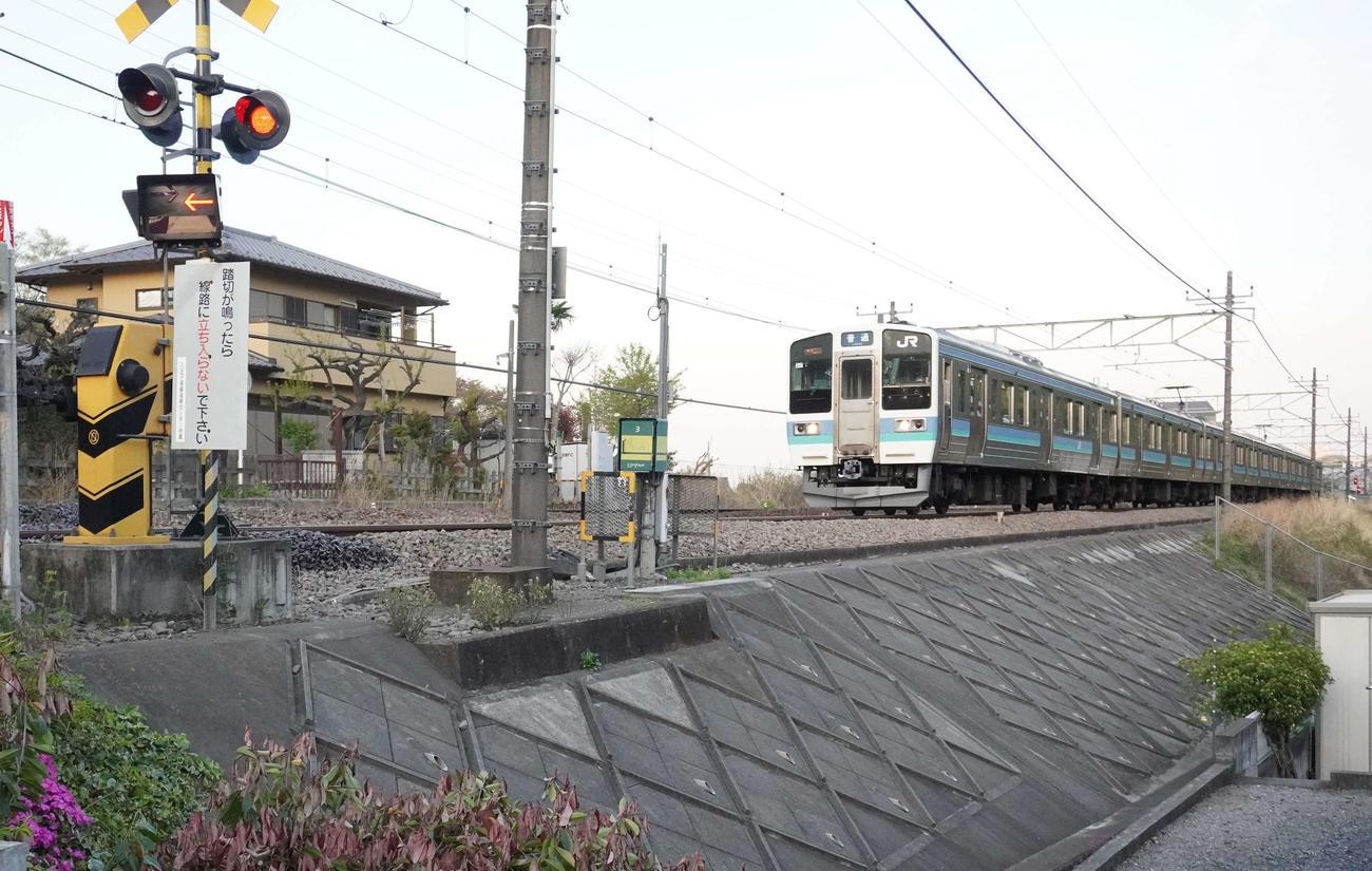 撮り鉄に人気の撮影スポットで何者かに私有地の木が切られた後に撮影した、JR中央線を走る電車(撮影・沢田直人)