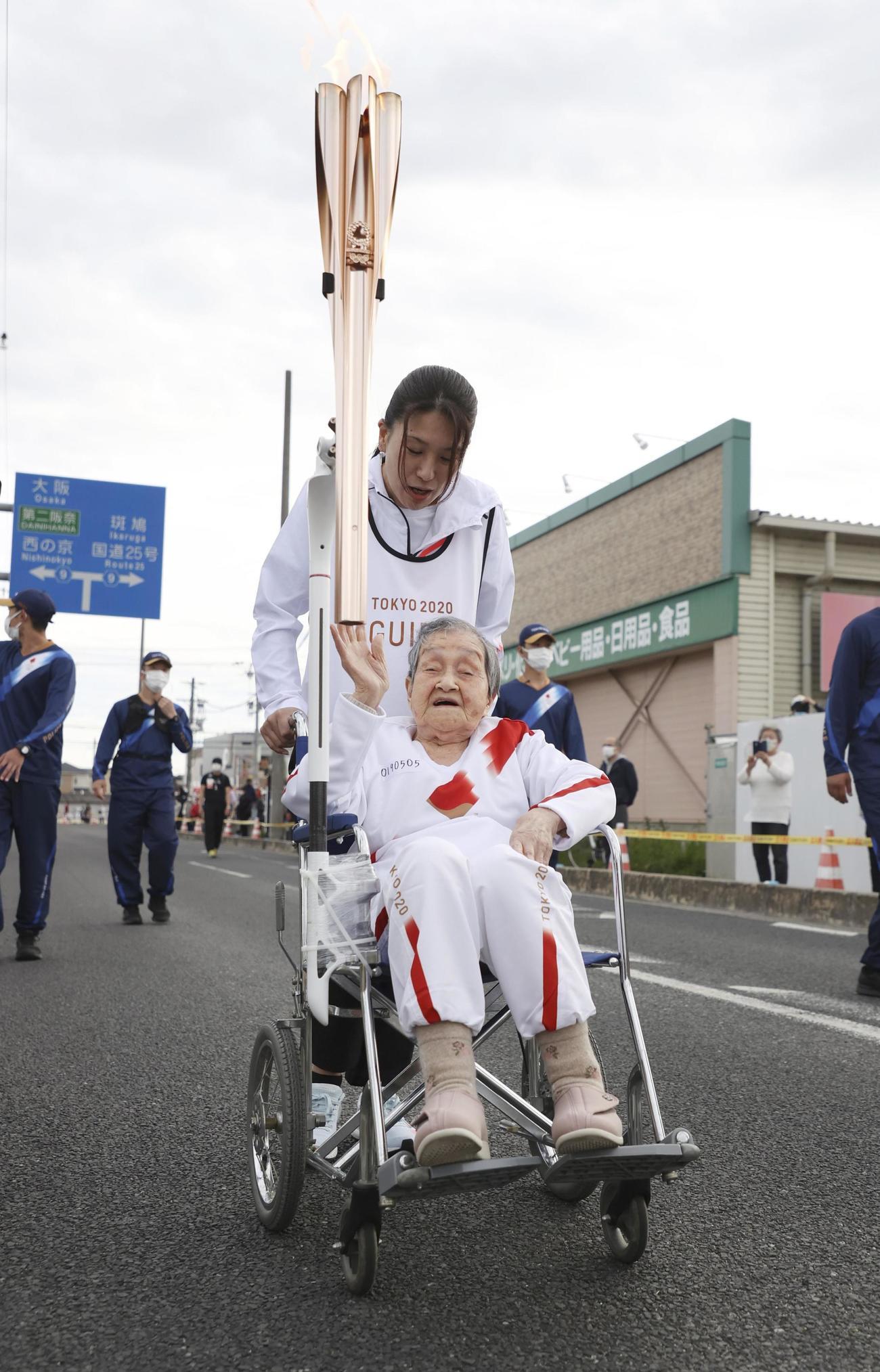 車いすで聖火ランナーを務める109歳の賀川滋子さん(共同)
