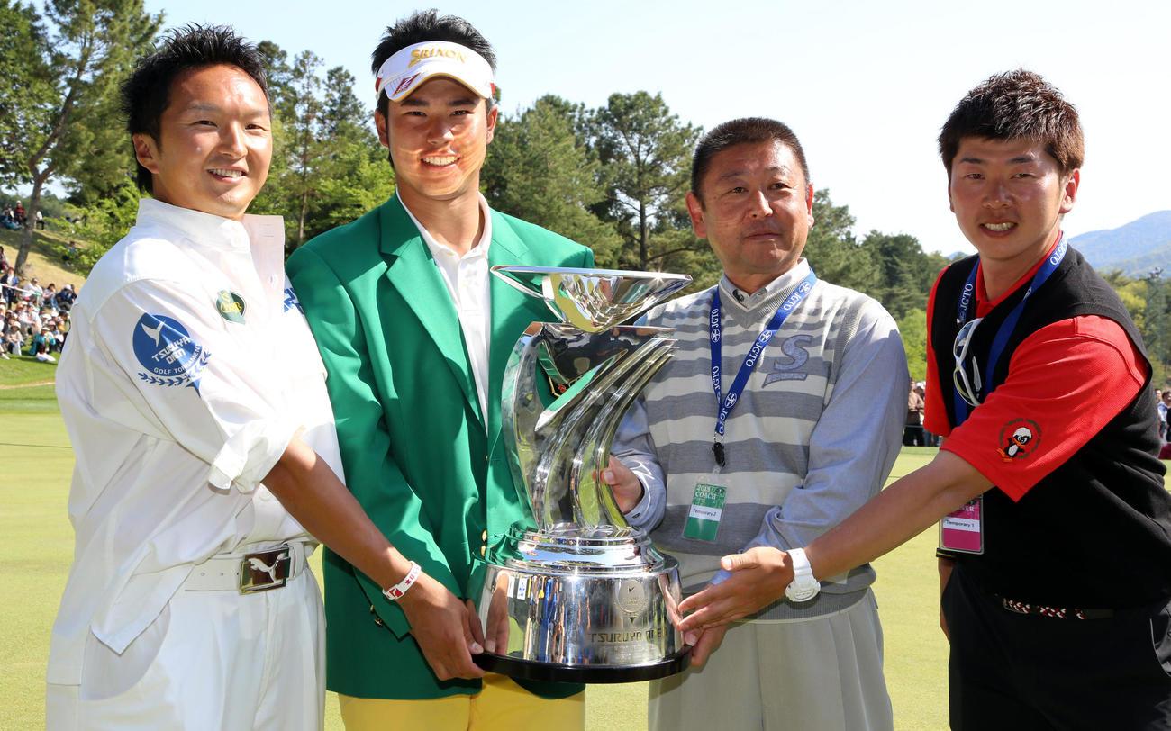 13年4月、つるやオープンで優勝した松山(左から2人目)と記念撮影した金田相範トレーナー(右端)