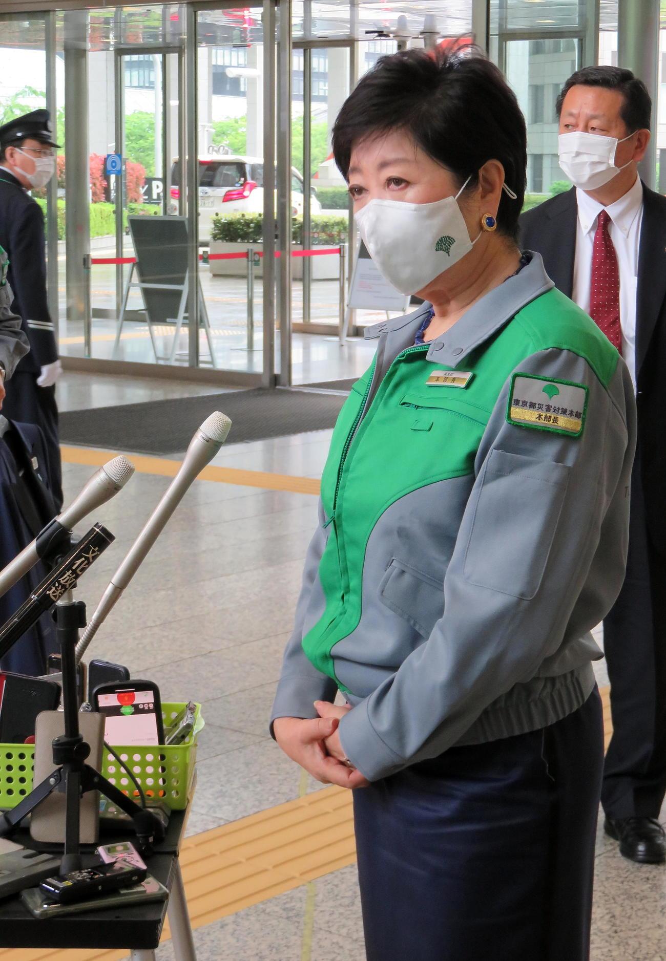 都庁で報道陣に対応する小池知事(撮影・鎌田直秀)
