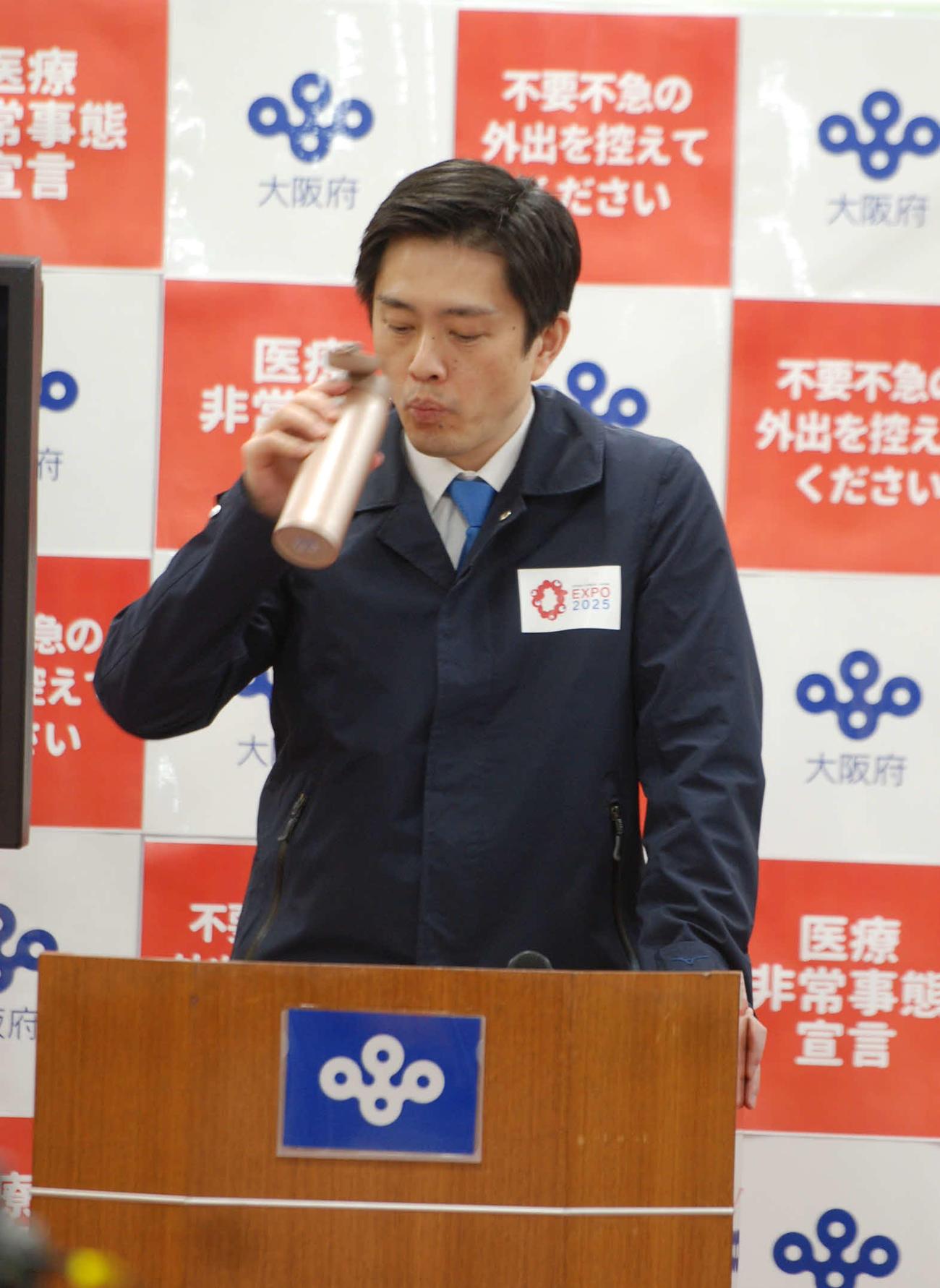 記者会見で一服する大阪府の吉村洋文知事(撮影・松浦隆司)