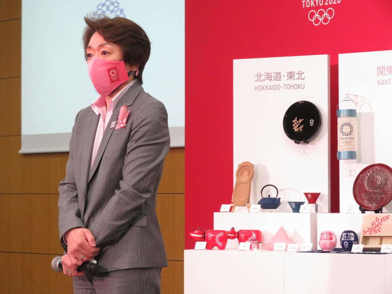 東京2020公式ライセンス商品「伝統工芸品コレクション」メディア発表会に出席した組織委員会の橋本聖子会長(撮影・近藤由美子)