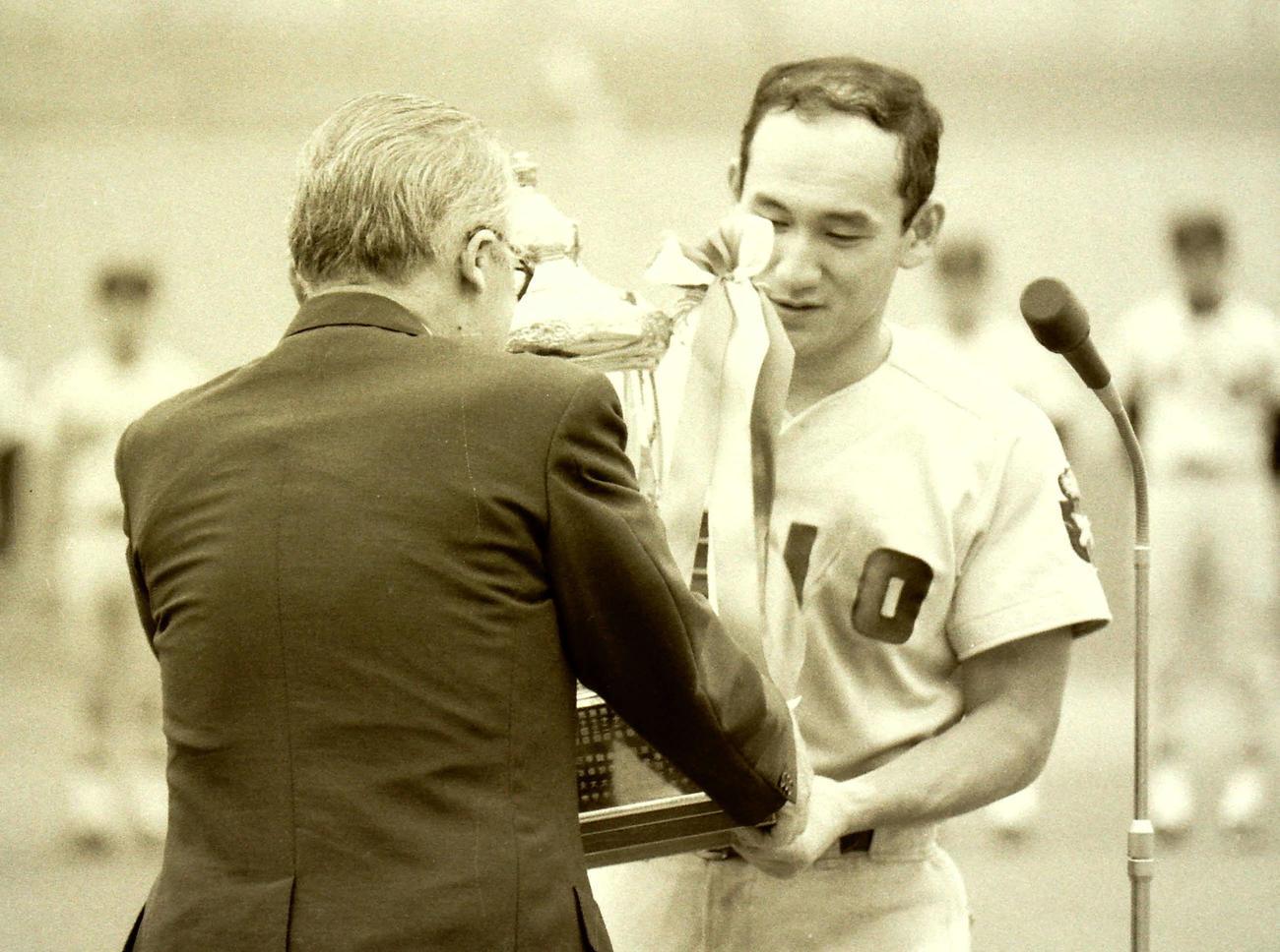 全日本大学野球選手権で優勝し、トロフィーを受け取る慶大・猿田和三(右)(1987年6月13日)