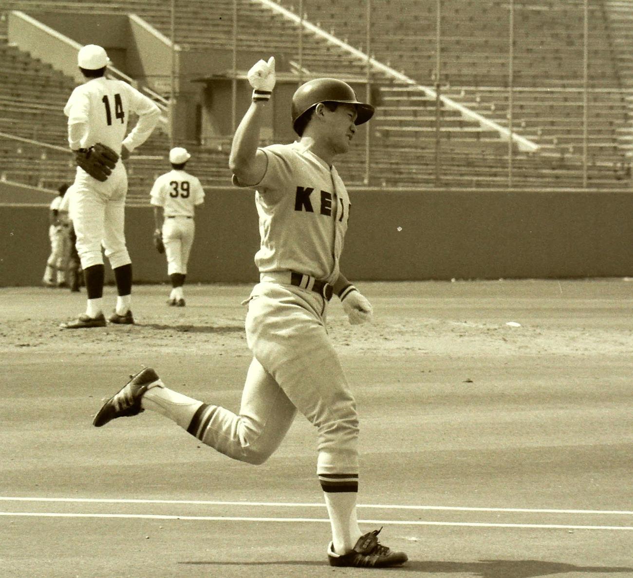 1987年6月1日 本塁打を放ちガッツポーズする慶大・猿田和三