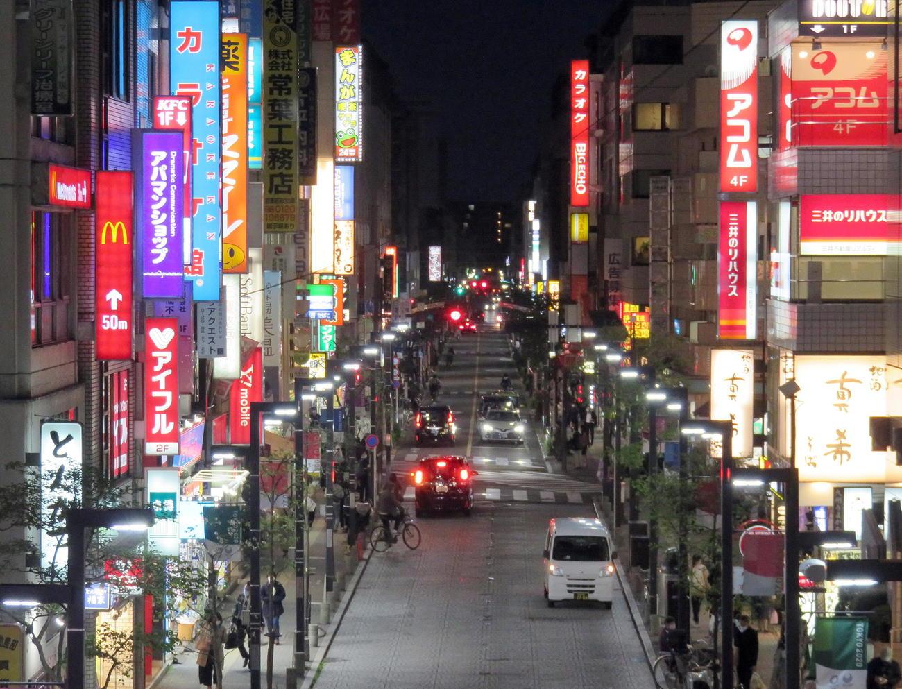 JR三鷹駅南口のネオンが輝く歓楽街(撮影・鎌田直秀)