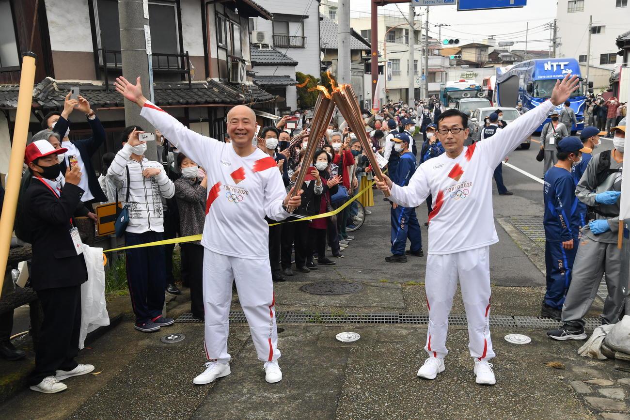 聖火ランナーを務めた高松空港代表取締役社長の小幡義樹氏(左)(代表撮影)