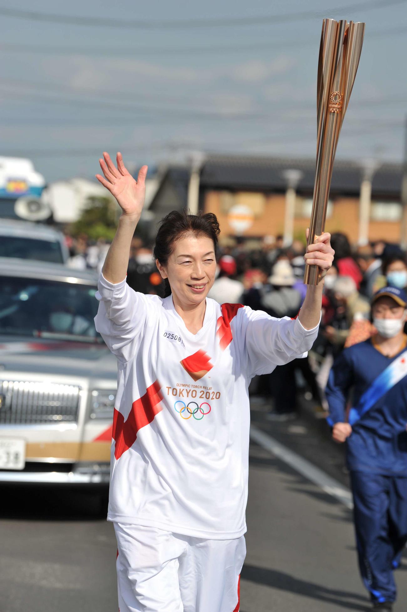 聖火ランナーを務めたNBAラプターズ渡辺雄太の母久美さん(代表撮影)