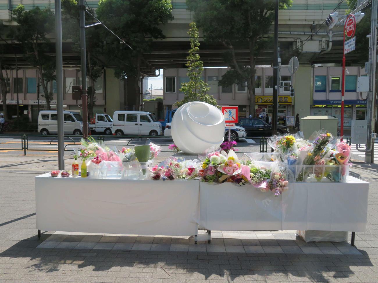 東京・池袋で発生した乗用車暴走事故から丸2年がたっても、慰霊碑前に設置された献花台に手向けられた多くの花(撮影・村上幸将)