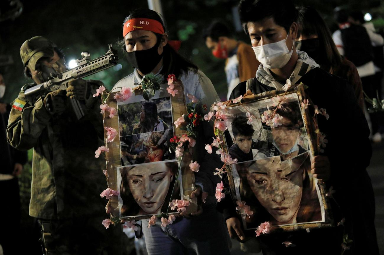 18日、国軍に抗議活動する在日ミャンマー人ら=東京都内(共同)