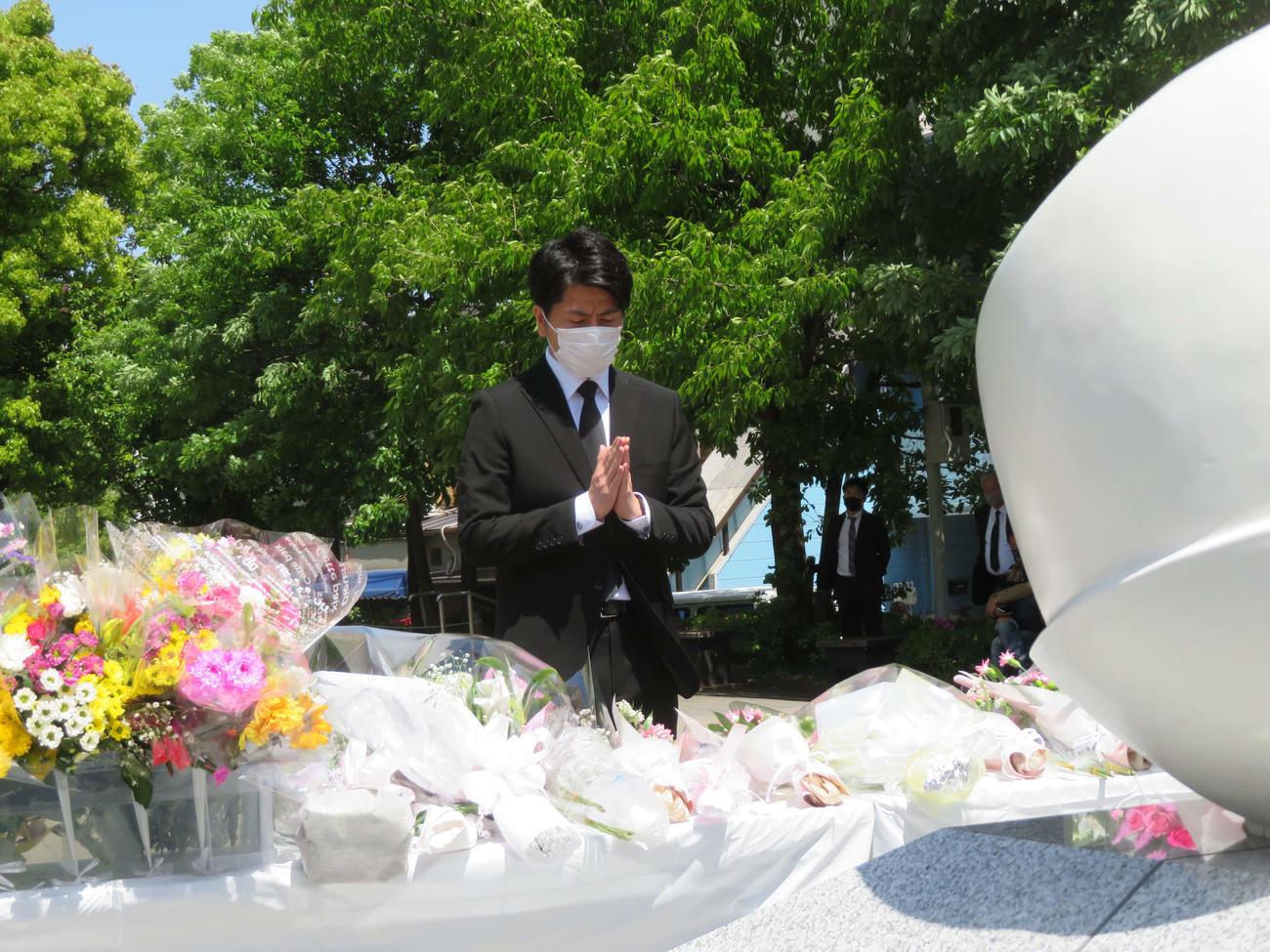東京・池袋で発生した乗用車暴走事故から丸2年がたち、慰霊碑に手を合わせる松永拓也さん(撮影・村上幸将)