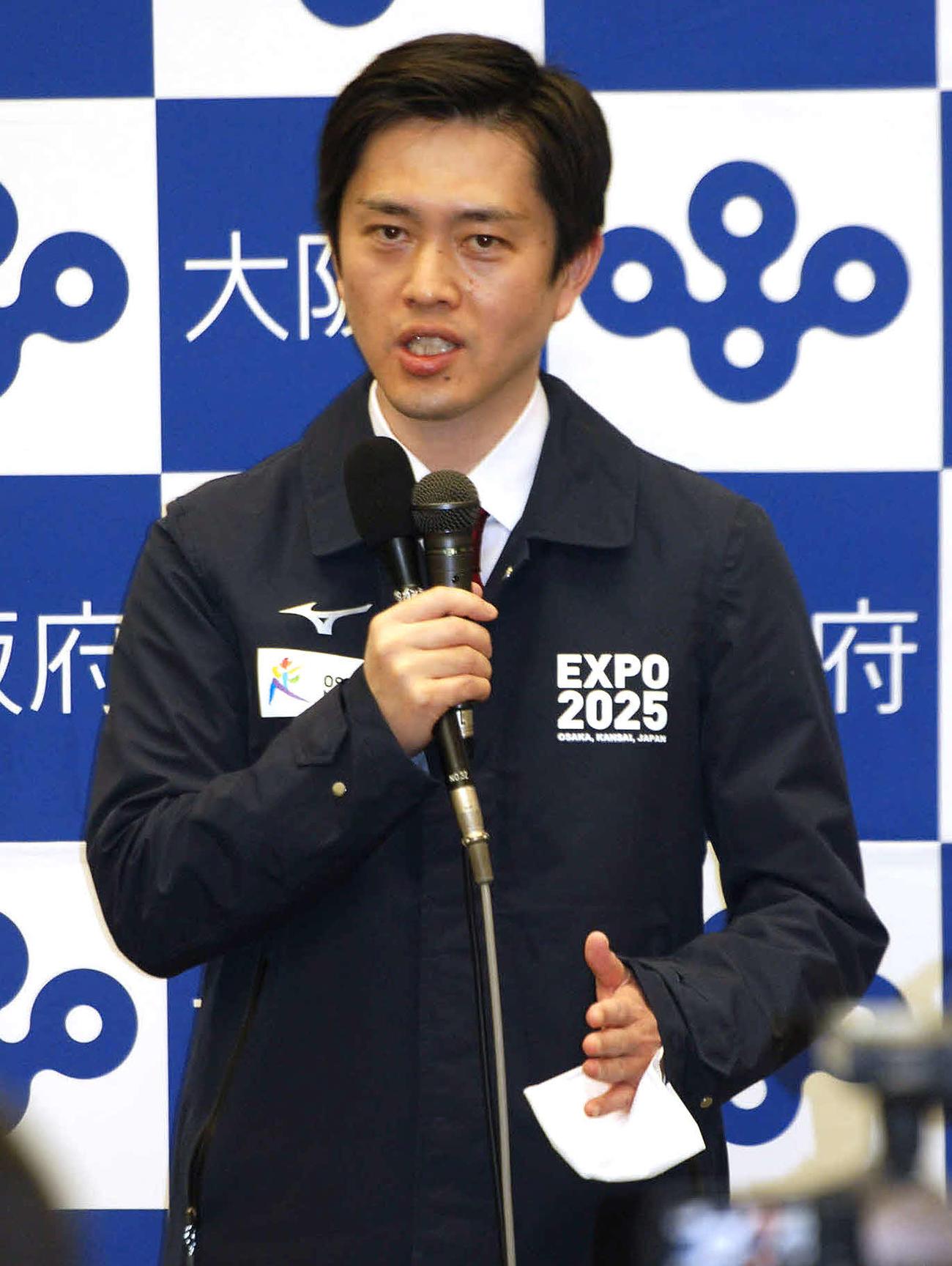 対策本部会議後、会見する大阪府の吉村洋文知事