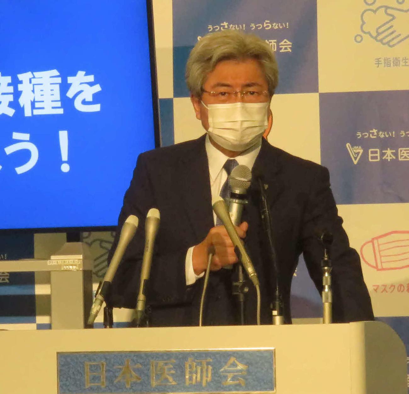 日本医師会の中川俊男会長は会見で早急な緊急事態宣言の発令を訴えた(撮影・大上悟)