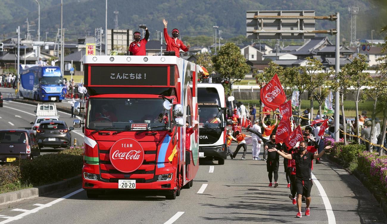 愛媛県東温市で聖火リレーを先導する車列。松山市では新型コロナウイルス感染拡大の影響で公道でのリレーが中止された(共同)