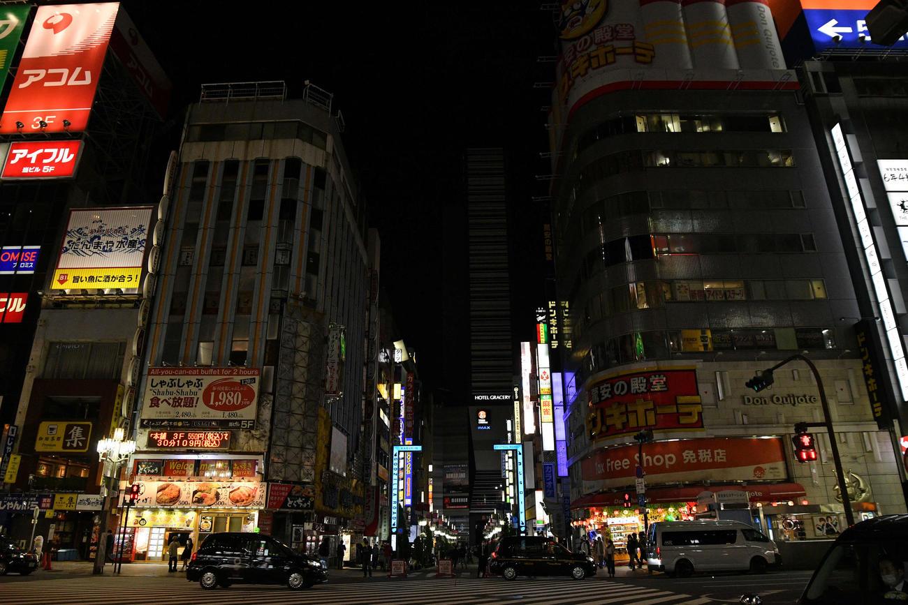 緊急事態宣言が発令された初日、午後8時を過ぎ、ネオンが消え人通りの少ない新宿歌舞伎町=25日、午後8時58分(撮影・滝沢徹郎)