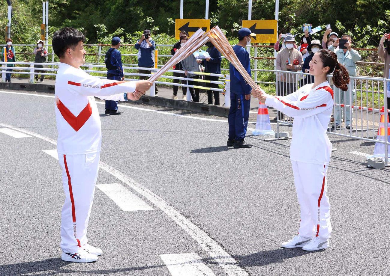 聖火ランナーを務めた木藤亮太さん(左)と次走者で2019ミスジャパン宮崎代表の中野愛美さん(代表撮影)