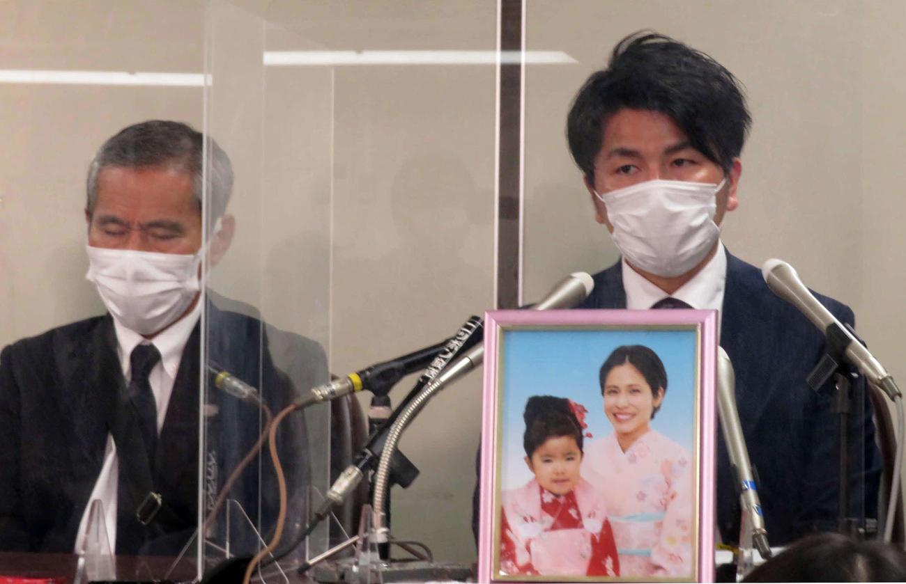 公判後の会見で失望を露わにする松永拓也さん(右)と義父の上原義教さん(撮影・村上幸将)