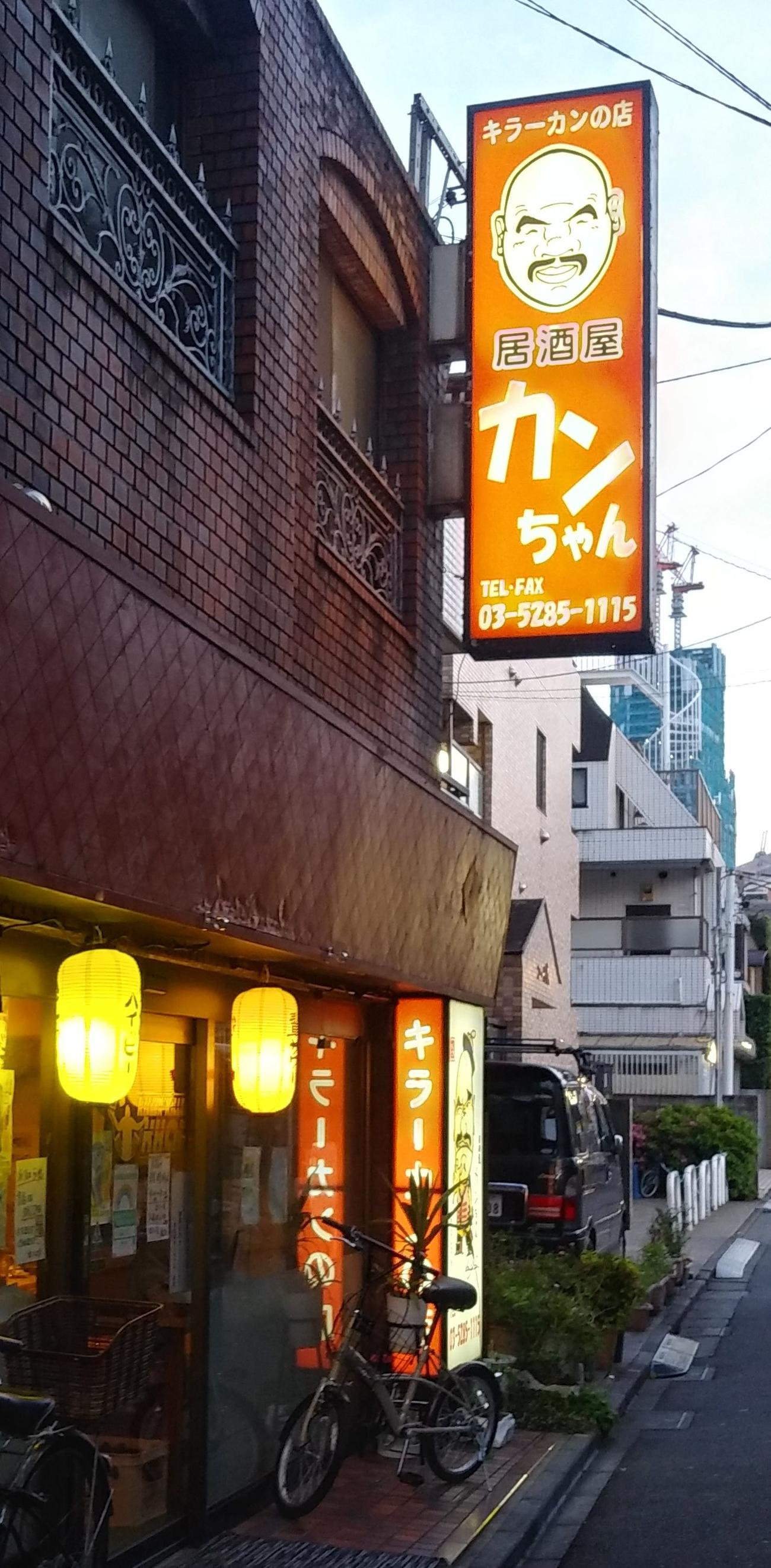 オレンジ色の似顔絵入りの看板で人気スポットにもなっている。JR新大久保駅から徒歩3分の好立地だ