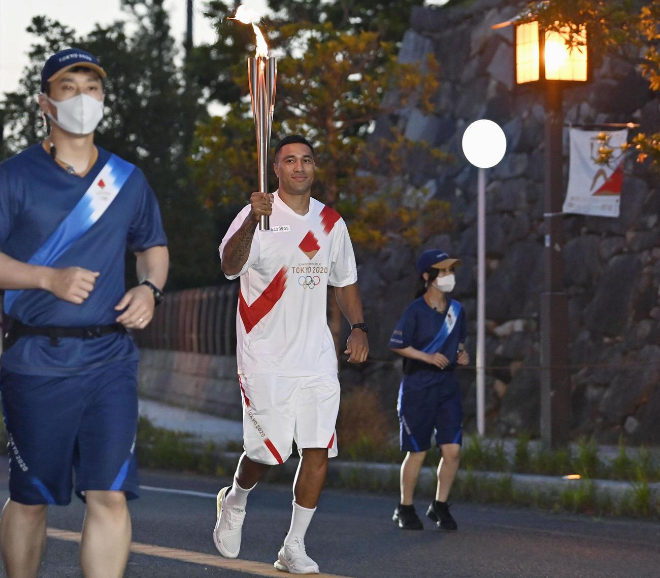 佐賀県唐津市で聖火ランナーを務めたウィリアム・トゥポウ