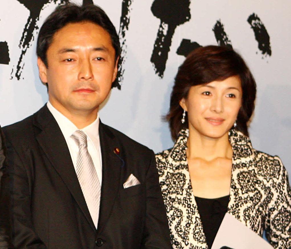 後藤田正純氏(左)と夫人の水野真紀(08年11月撮影)