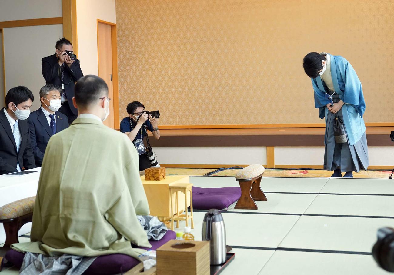 渡辺明名人(手前)との対局前に一礼する藤井聡太棋聖(代表撮影)
