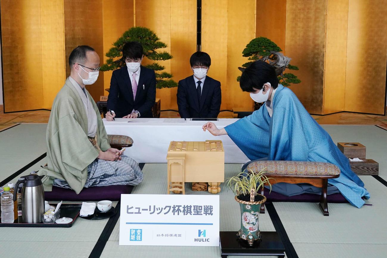 対局に臨む藤井聡太棋聖(右)と渡辺明名人(代表撮影)