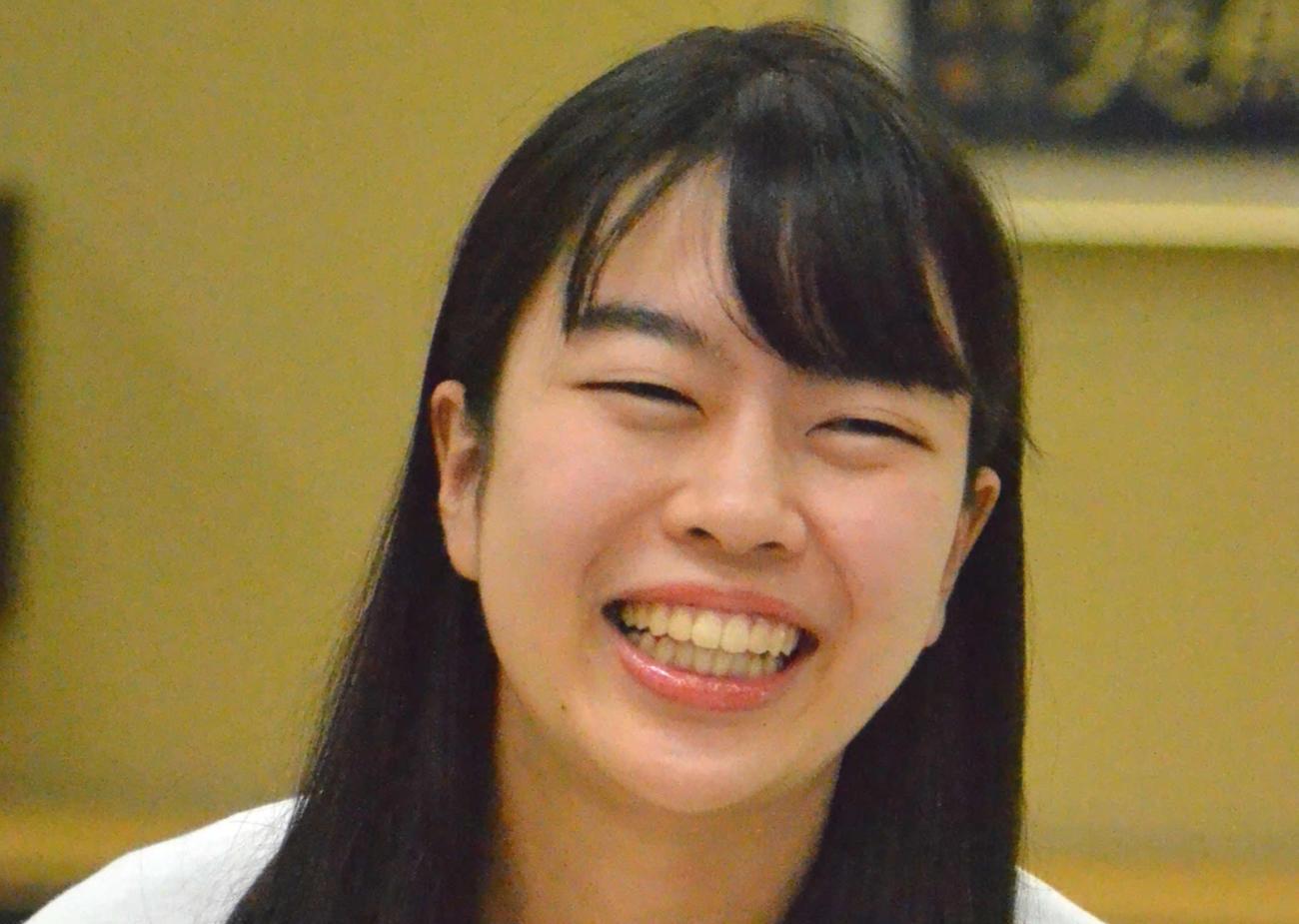 挑戦者決定戦を制して笑顔で会見に応じる上野愛咲美女流棋聖