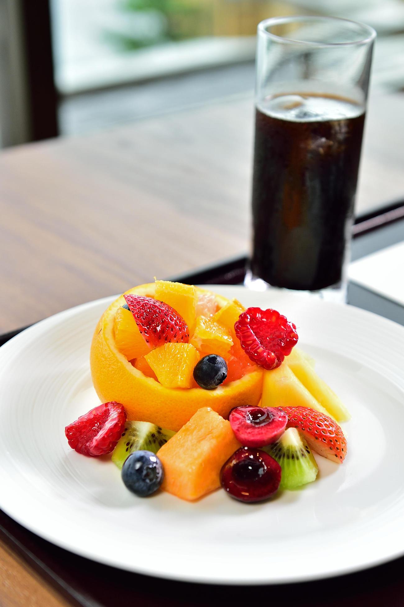 藤井聡太2冠が午前のおやつに注文したカットフルールとアイスコーヒー(日本将棋連盟提供)