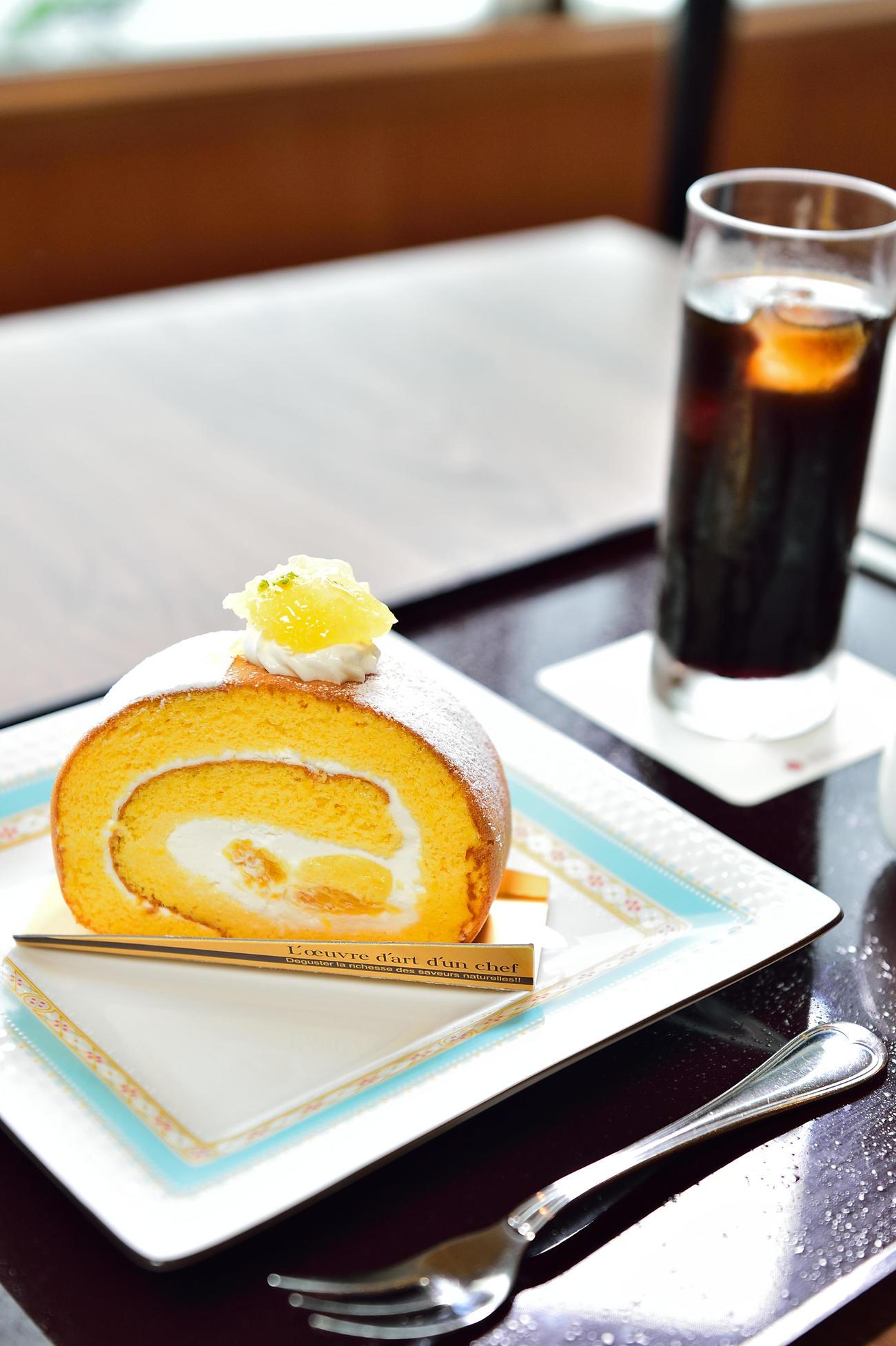 渡辺明名人が午前のおやつに注文した淡路島ロールケーキとアイスコーヒー(日本将棋連盟提供)