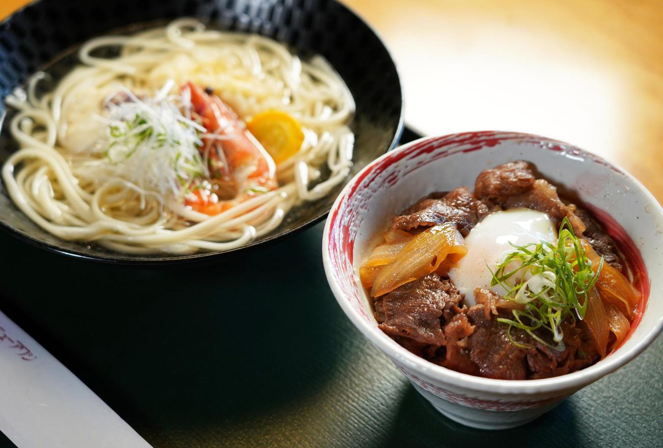 渡辺明三冠が注文した昼食 「淡路島ぬーどる」と「牛丼」(代表撮影)