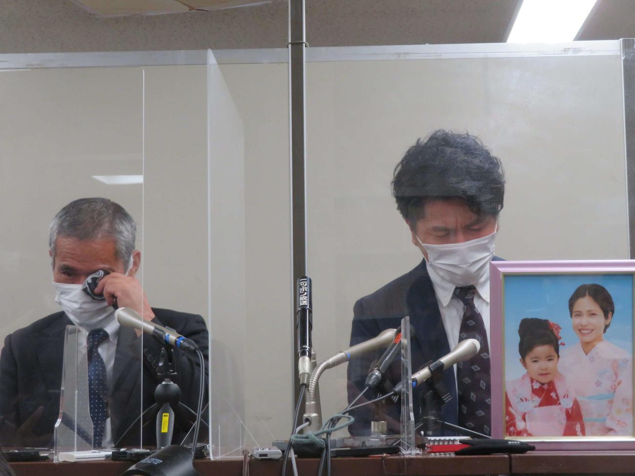 公判後の会見で涙する松永拓也さん(右)と義父の上原義教さん(撮影・村上幸将)