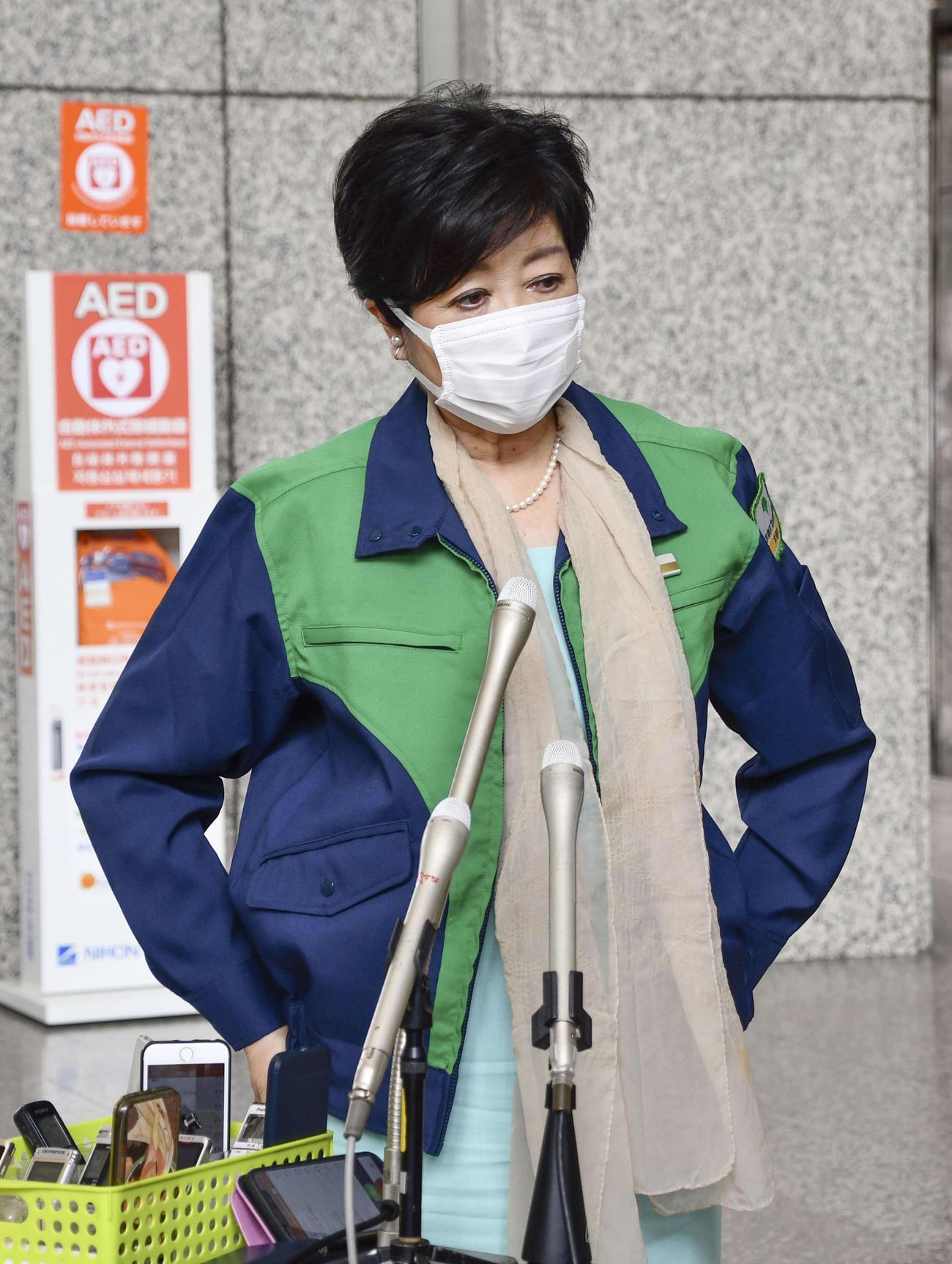 報道陣の取材に応じる東京都の小池百合子知事(共同)