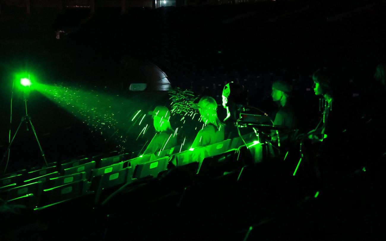 東京ドームでは黒いマネキンによる「飛沫挙動の可視化実験」が行われ、マスク無しでのくしゃみの飛沫の動きが緑色のレーザーに映し出された(撮影・浅見桂子)
