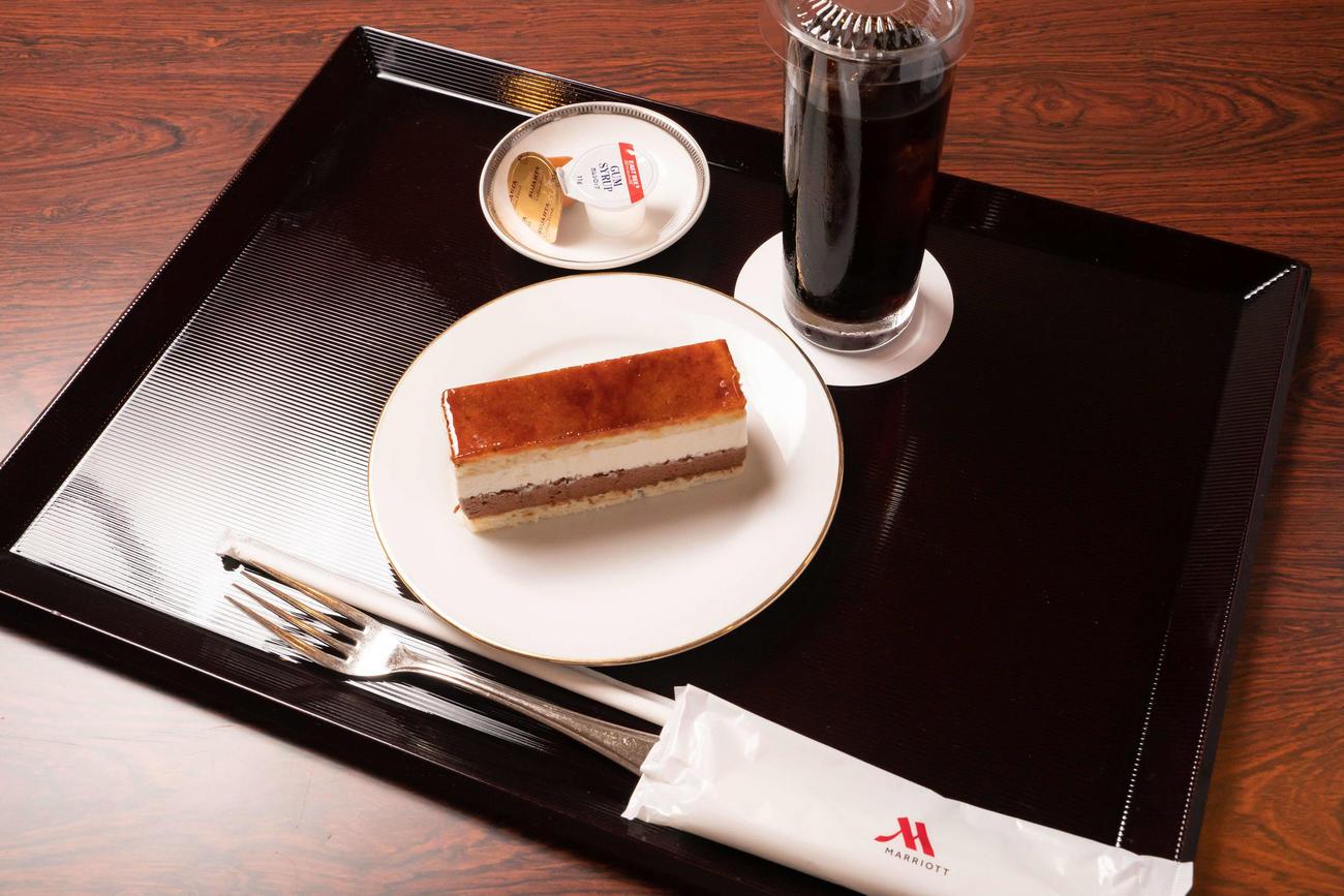 藤井聡太王位が2日目の午前のおやつに注文した「トンカ サンマルク」とアイスコーヒー(日本将棋連盟提供)