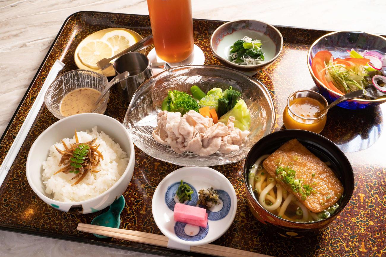 豊島竜王の昼食は「豚しゃぶときつねうどんセット、サラダ、アイスティー」(日本将棋連盟提供)